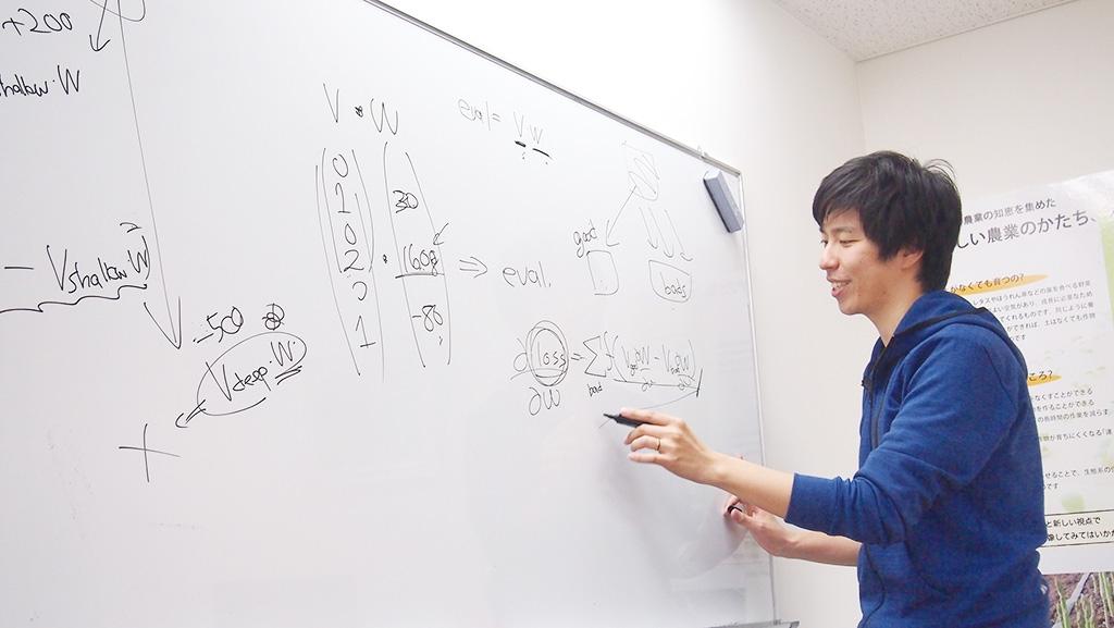 ponanzaのプログラムに使われている関数を解説する山本さん。