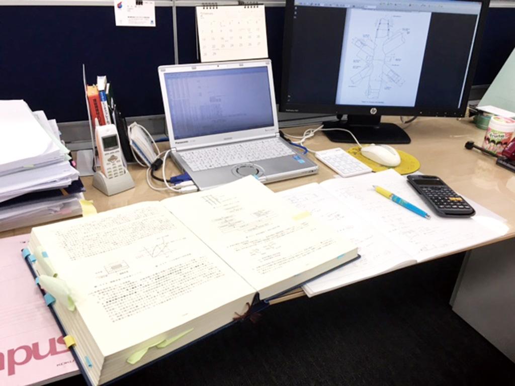 笹井さんのデスク。何枚もの設計図がここでつくられてきた。