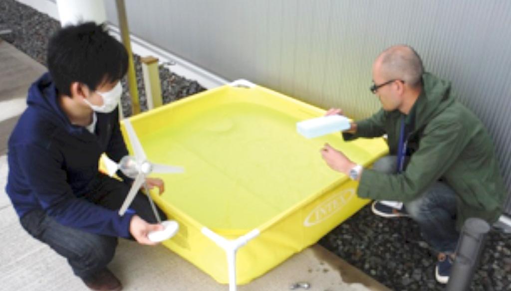 会社の敷地内に設置したプールで実験中。